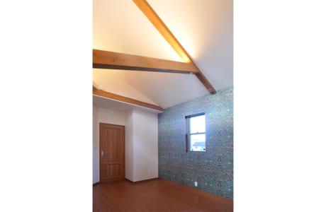 2階の主寝室。モダンデザインの父といわれるウィリアム・モリスの壁紙を使用