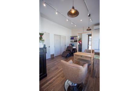おしゃれな雰囲気の美容室。「ゆっくり過ごせる空間」とお客様からも好評だとか