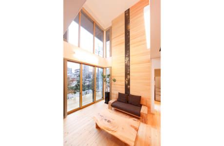 吹き抜けに設けた大きなFIX窓が印象的な「四季 ZEN」シリーズ。明るく開放的です