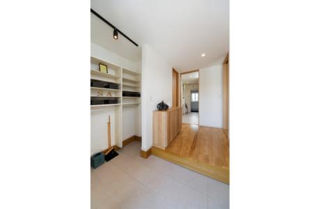 玄関の収納はベビーカーも楽に入れることができるゆったりサイズ