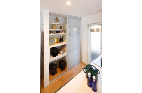 キッチン背面の大型食器棚。家電はもちろんゴミ箱も収納可能です