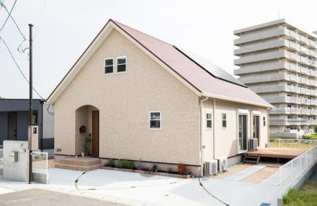 大屋根を生かした広々空間を備えた2階建て住宅