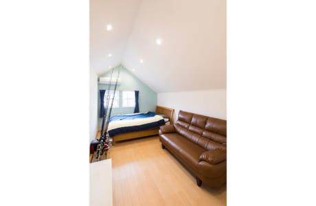 屋根の傾斜を生かした、隠れ家的な雰囲気いっぱいの洋室