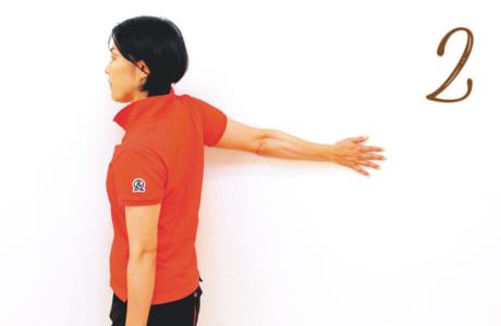 腕はそのままで、体を少しずつ壁から離し、壁と直角ぐらいになったら8秒止める。同じ動きを左右3セットずつ行う。