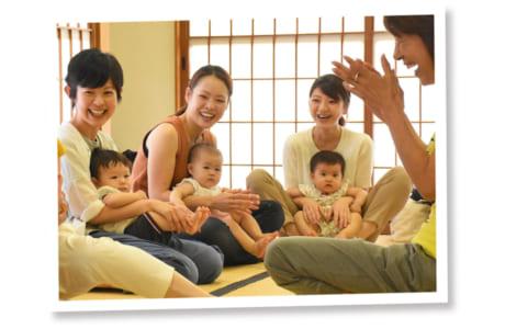 「子育てサロン」では、校区内の保育園と連携。参加者からは「同じ年の赤ちゃんを持つママと情報交換できる」など、好評を博しています