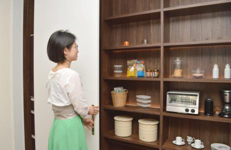 引き戸で開閉できる壁面の収納スペース。冷蔵庫まで格納できて、キッチンまわりがスッキリ片付きます