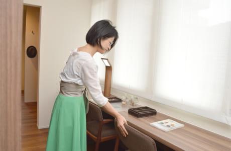 収納棚で仕切られた寝室の書斎。夫婦で多目的に活用できそう