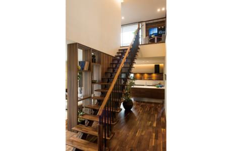 空間のアクセントになっているリビング階段。家族が顔を合わせる機会が増えるメリットがあります