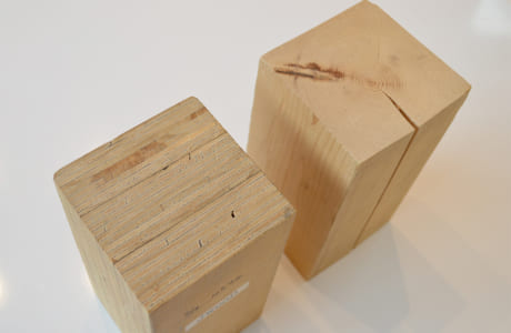 一般的な部材(右)は経年により割れや反りが生じやすいのに対し、完全乾燥材「JWOOD」(左)は収縮しないのが特長
