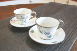 コーヒーカップ(右手前)山帰来(サンキライ)(左奥)野菊、各2700円