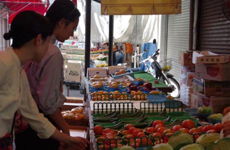 子飼商店街で、にんにくやトマトなどの野菜、お肉も調達。