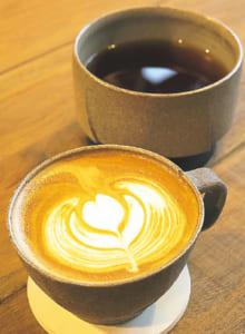 ラテ(写真手前・450円〜)、季節に応じて約6種類の豆がそろうドリップコーヒー(奥・400円〜)。テークアウトも可
