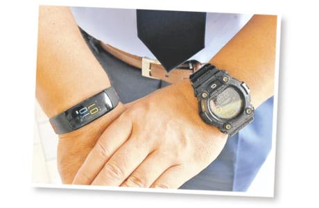 """渡邉さんいわく、時計、ばんそうこう、携帯電話が""""交通指導の三種の神器""""。その一つ、時計は両腕にはめて、一方はストップウオッチとして使用。信号の残り時間と児童たちの歩く速さを見ながら、「横断させる」「止める」の判断を行うためです"""