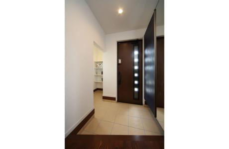 玄関には、ゴルフバッグやアウトドア用品を収納できるスペースも設けられています