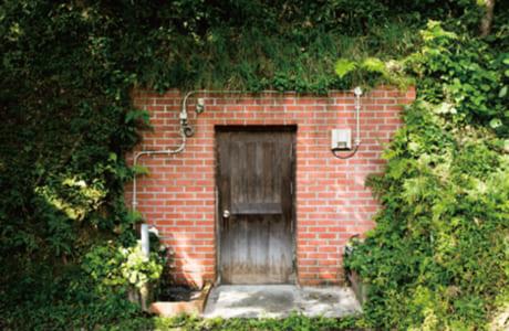 山肌に掘られた天然の熟成庫。レンガと扉が趣ある雰囲気