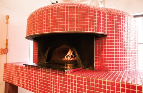 イタリアから取り寄せた石窯でピザも焼いています。もちろん、使うチーズはモッツァレラのみ!