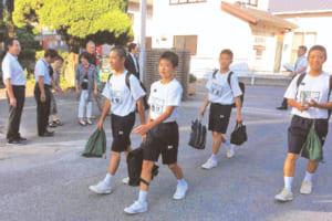 月1回、地域の防犯協会などと協力し、校区内の小中学校で行っているあいさつ運動の様子(写真提供/川上校区青少協)