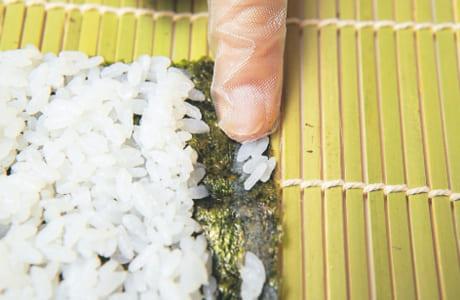 のりしろは1cmを目安に。米粒をのり代わりにして接着させます