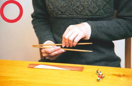 箸を横にして割る