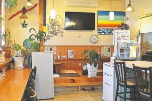 カウンター席とテーブル席がある店内。移転前からの常連客も多い人気店です