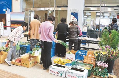 8日限定の「母ちゃん市場」では、地域の農家が持ち寄った新鮮野菜を販売
