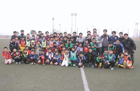 参加した子どもたちと、運営に関わったJリーガー、大学生が一緒に記念撮影。楽しい時間を過ごしました
