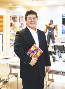 持田 修一さん1967年、奈良県生まれ。大学進学で上京。92年に「小学館」のライター新人賞を受賞、フリーライターに。30歳で「集英社」編集者の堀江信彦氏と出会い漫画の編集を経験。2000年、『COAMIX』に入社、2018年『熊本COAMIX』社長就任。