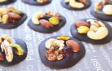 画像:おうちでCOOK – ナッツとドライフルーツを楽しくトッピング 木の実チョコ