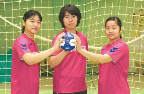 (左から)オムロンの石井優花、永田しおり、勝連智恵の各選手。 熊本開催の世界選手権への思いを語ってくれました=山鹿市