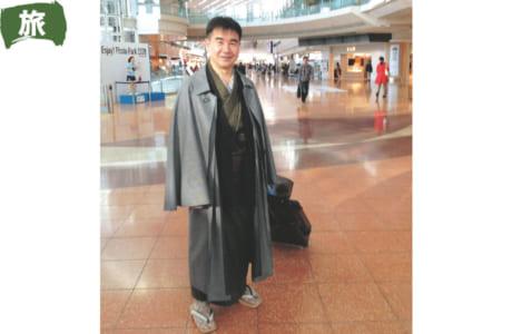 お出かけの時に羽田で撮った1枚。和服にインバネスコートを羽織ったモダンな感じの着こなしです