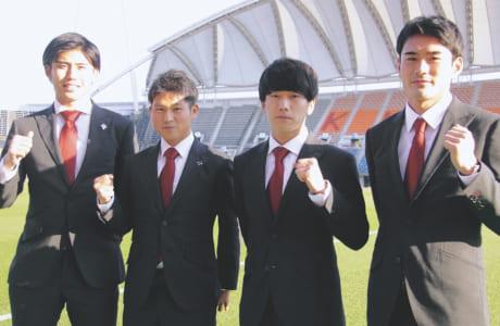 今年加入した大卒ルーキーの4人。左から酒井崇一、北村知也、中原輝、小笠原佳祐の各選手
