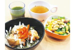 日替わりのランチは4種類で、サラダや小鉢などをプラスするスタイル。中でも「えがおの青汁」はぜひモノ!