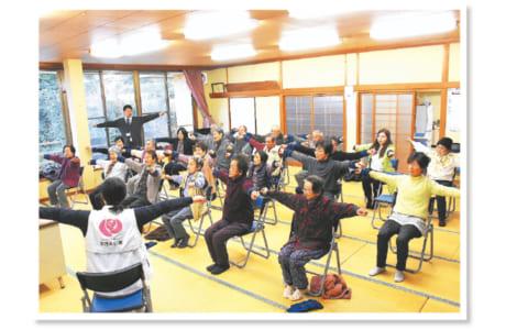 東門寺公民館で週1回行われることになった「健康体操」。初回のこの日は、60~90代の約20人が参加しました