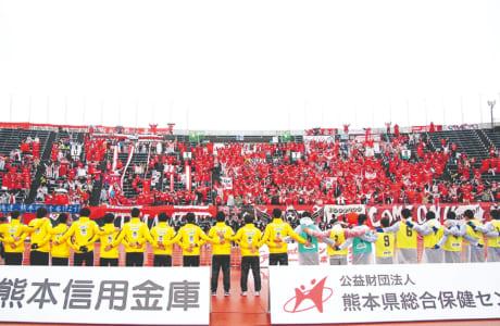 試合前にチーム、サポーター一緒になって闘志を高める儀式「HIKARI」。開幕戦はボールボーイを務めた開新高生(右側)も共に肩を組んだ