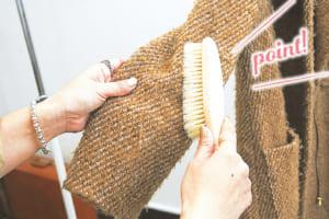 上着のブラッシングを行うとベスト! ホコリや汚れが落ちるのはもちろん、表面の繊維を整えて毛玉を防ぐ効果もあります。
