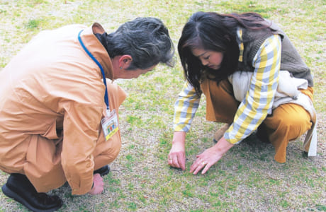 公園の芝に発生する外来種の雑草の話で盛り上がる髙見さんと谷口さん