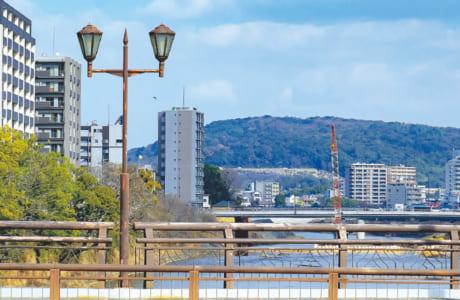 大甲橋から白川の上流を眺めると、立田山を望む風景が広がります。奧に見えるのが新しく架け替わった明午橋