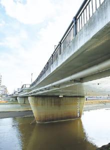 昭和28(1953)年の6.26水害の際は、流木が詰まり大江側の橋際が決壊して大被害を出しました。「子養」と呼ばれたのは、この地域が養蚕の盛んなところだったためで、明治期に「子飼」と改まりました。