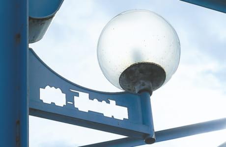 水前寺まで走った軽便鉄道をモチーフにした街灯が今も残ります