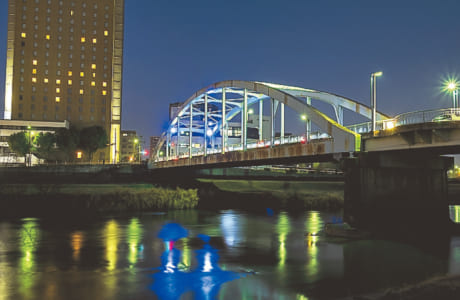 ニュースカイホテル横。川沿いに遊歩道が続き、夜はブルーの光でライトアップ!