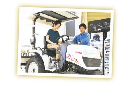 女性向けの農機「白プチトラクタZ15」に試乗する石井さん