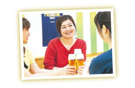 """見学後は注ぎたてのビールで乾杯! きめ細かでクリーミーな""""神泡(かみあわ)""""もじっくり味わいました"""