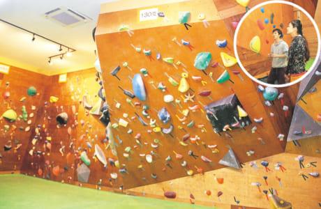 ジムの中には至る所に壁と、手足を掛けるためのホールドと呼ばれる無数の突起物。まずは、インストラクターから登る順序や登り方のレクチャーを受けます。