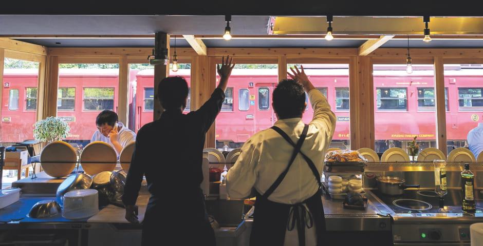 出発する列車に向かって手を振ってあいさつを交わすのも日常の風景に