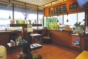 駅のホームを眺めるカウンターは特等席。観光客に阿蘇の見どころを尋ねられることも多いそうです