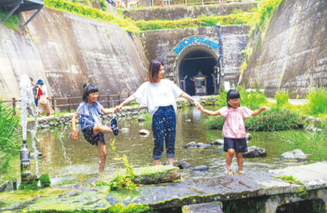 水遊びができるのは、トンネル寄りの水路のみ。自然の石などがあるので、サンダル着用がオススメ(写真中央)河口 藍さん