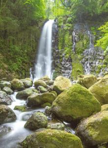 滝の目の前にある「白糸の岩」は、滝のパワーを全身で取り込めるといわれるパワースポット
