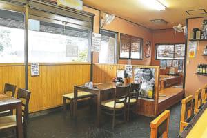 カウンター席やテーブル席、小上がりの座敷席などがある店内