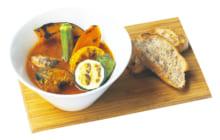 画像:魚のうま味とスパイスが食欲そそる 骨まで丸ごとスープカレー