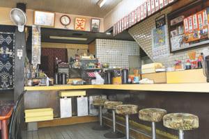 短冊紙に書かれたメニューや丸椅子など、店内は昔ながらの食堂の雰囲気